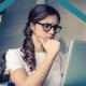 Mujer moderando comentarios en blogs